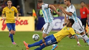Brasiliens Neymar in Rücklage gegen Argentiniens Marcos Rojo.