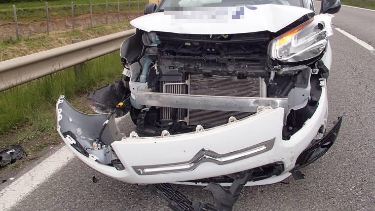 Dieser weisse Citroën schaffte es nicht mehr rechtzeitig zu bremsen, nach dem ein schwarzer Dacia in einen schwarzen VW Golf prallte.