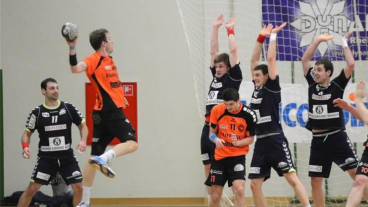 Markus Hock (links, am Ball, Moehlin) kommt gegen die Endinger Verteidigungsmauer v.l.n.r.: Lukas Schubnell, Simon Huwyler und Stefan Huwyler nicht an.