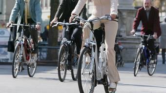 Immer mehr Menschen radeln mit einem E-Bike durch die Gegend. (Archiv)