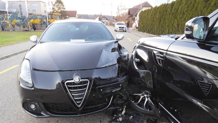Auf der Holziker Hauptstrasse geriet eine Alfa-Fahrerin auf die Gegenfahrbahn und prallte mit einem Land Rover zusammen.