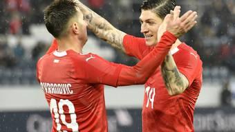 Jubel der Ersatzkräfte: Mario Gavranovic und Steven Zuber nach dem vierten Tor gegen Panama