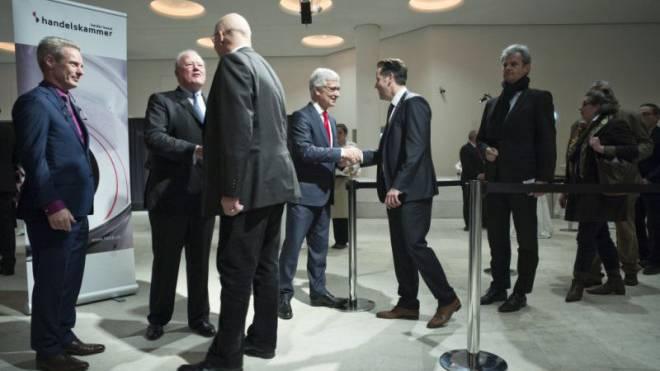 Franz Saladin (links) und Thomas Staehelin (Mitte) begrüssen die Gäste des diesjährigen Neujahrsempfangs der Handelskammer. Foto: Roland Schmid