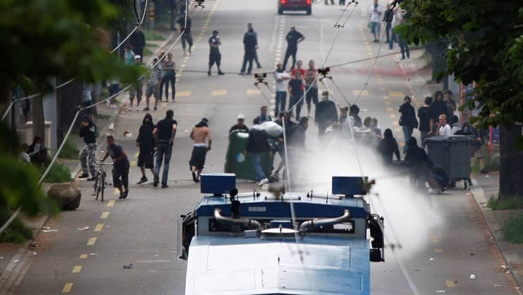 Solche Bilder wollte niemand sehen - die Polizei konnte die Fussballfans in Schach halten. (Symbolbild)