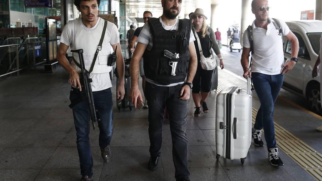 Sicherheitskräfte und Touristen am Flughafen in Istanbul.
