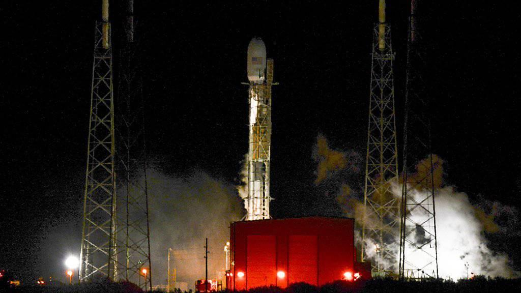 Die SpaceX-Rakete hob in der Nacht auf Montag doch nicht ab: Wegen eines Treibstoffproblems brach die private Firma den Start ab.