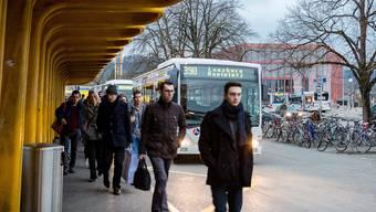 Der Morgenkurs der Linie 390 des Regionalbus Lenzburg wird doppelt geführt und fährt wie gestern rund 130 Passagiere zum Bahnhof Lenzburg.