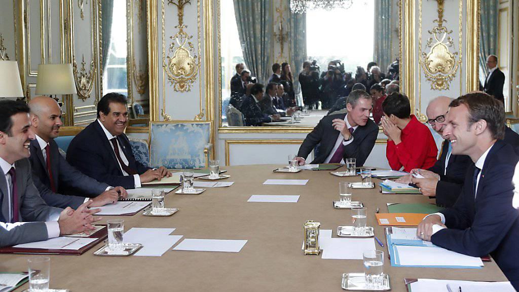 Treffen von Frankreichs Präsident Macron (r) mit dem katarischen Emir Tamim bin Hamad Al-Thani in Paris. Frankreich fordert ein Ende der Blockade, die die Bevölkerung und insbesondere Familien und Studenten benachteiligt.