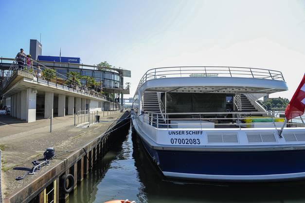 """Das neue Rheinschiff , """"Unser Schiff"""" liegt am Dreiländereck und wird bald mit dem Innenausbau fertig sein."""