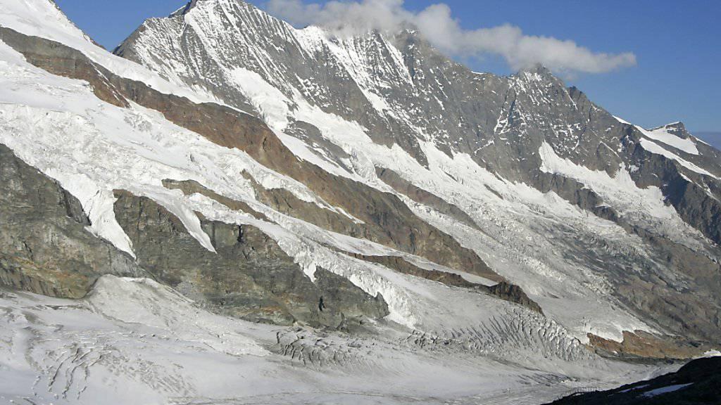 Schön aber gefährlich: Immer wieder stürzen Alpinisten in den Schweizer Bergen ab. Am Samstag stürzte ein Mann am Täschhorn ( links)  in den Tod. Er war nicht angeseilt (Archiv).