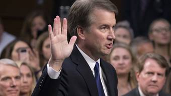 Brett Kavanaugh wird vor dem Justizausschuss des US-Senats vereidigt. (Foto: J. Scott Applewhite/AP)