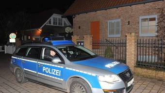 Ein Polizeiauto fährt am Haus des ehemaligen Bundespräsidenten Wulff vorbei