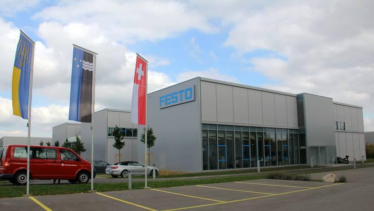 Festo Schweiz hat seinen Hauptsitz neu in Lupfig. Vor dem Neubau mit 110 Arbeitsplätzen soll bald eine weitere Lupfiger Fahne wehen; ein Geschenk der Gemeinde.