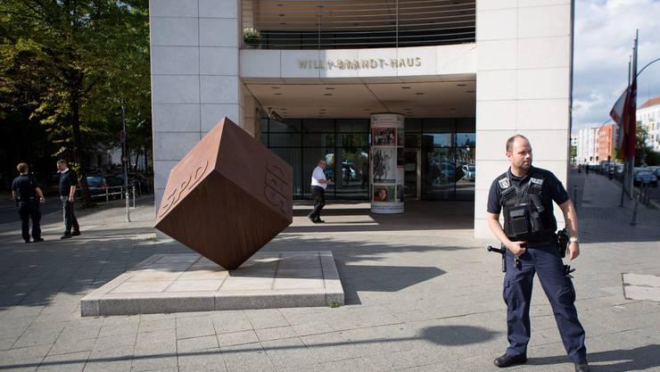 Die SPD-Zentrale in Berlin ist nach einer offenbar fremdenfeindlich motivierten Anschlagsdrohung evakuiert worden.