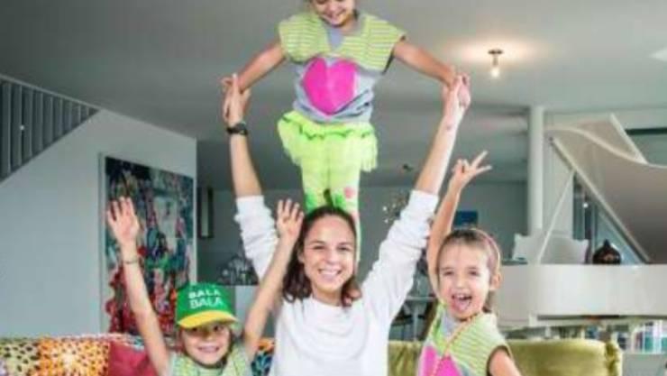"""Nikol Camenzind mit ihren drei Kindern Ivo, Nika und Mila (von links): """"Schwiizergoofe"""" ist zum Familienprojekt geworden. (Bild Instagram)"""