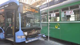 Der Linienbus und das Tram kollidierten auf der Kreuzung Marktgasse/Schifflände