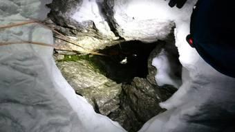 Einsatzkräfte bergen einen 45-jährigen Deutschen nach einem Sturz in eine Felsspalte in Österreichaus 30 Metern Tiefe.
