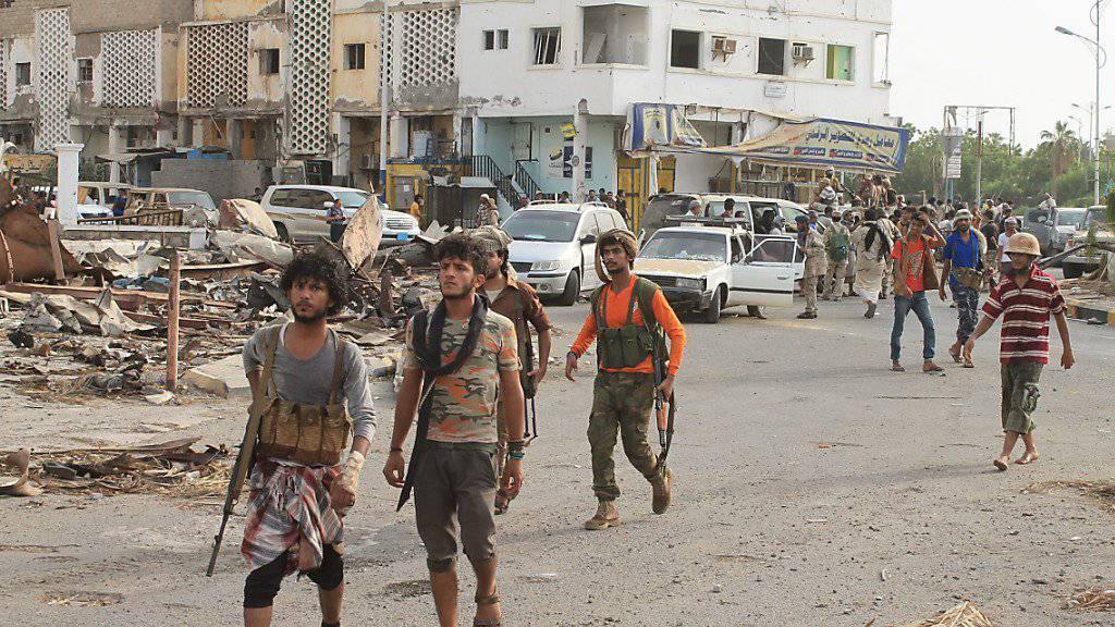 Kämpfer bei der Rückeroberung der zuvor von Huthi-Rebellen besetzen Stadt Aden im vergangenen Juli (Archiv)