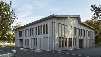 Das neue Gönhard-Schulhaus in Aarau von aussen, hier noch im Schatten.