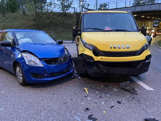 Laufen, BL, 31. August: Der Personenwagenlenker übersieht den vorfahrtsberechtigten Lieferwagen und die beiden kollidieren. Eine Person wurde leicht verletzt.