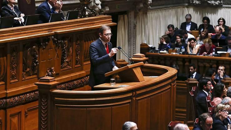 Die Regierung von Pedro Passos Coelho wurde von der linken Opposition gestürzt. Passos konnte die oppositionellen Abgeordneten nicht von seinem Sparkurs überzeugen.