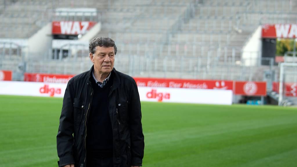 Otto Rehhagel, ehemaliger Fußballtrainer, steht bei einem Pressetermin vor dem Start des Kino-Films «King Otto» im Stadion in Essen. Der Film zeichnet den Weg zum Titelgewinn der griechischen Nationalmannschaft bei der EM 2004 unter Trainer Rehhagel nach. Foto: Federico Gambarini/dpa