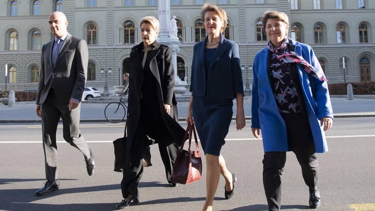 Im Abstimmungskampf treten die Bundesrätinnen Karin Keller-Sutter (FDP), Simonetta Sommaruga (SP, M.) und Viola Amherd (CVP, r.) gemeinsam auf. Hier machen sie sich Mitte März auf zu einer Corona-Medienkonferenz, links Innenminister Alain Berset (SP).