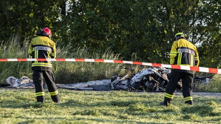Auf dem Birrfeld ist am Dienstagabend ein Kleinflugzeug abgestürzt und in Flammen aufgegangen. Der erfahrene Pilot, der auf dem nahe gelegenen Flugplatz gestartet war, kam beim Absturz ums Leben.