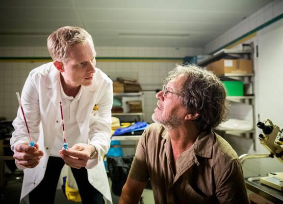 Keine Staffel ohne ihn: Gerichtsmediziner Alois Semmelweis (Martin Ostermeier) hier mit seinem Vater (6. Staffel).