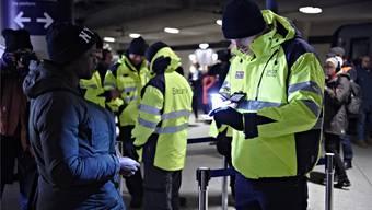 Einreise nur mit gültigem Ausweis: Sicherheitsleute kontrollieren am Flughafenbahnhof von Kopenhagen die Reisenden.