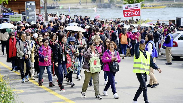 Auch an diesem Wochenende besuchen bis zu 4000 Chinesinnen und Chinesen den Rheinfall. Sie werden insbesondere einem Schifffahrtsunternehmen und einem Restaurant in Neuhausen überdurchschnittliche Umsätze bescheren.