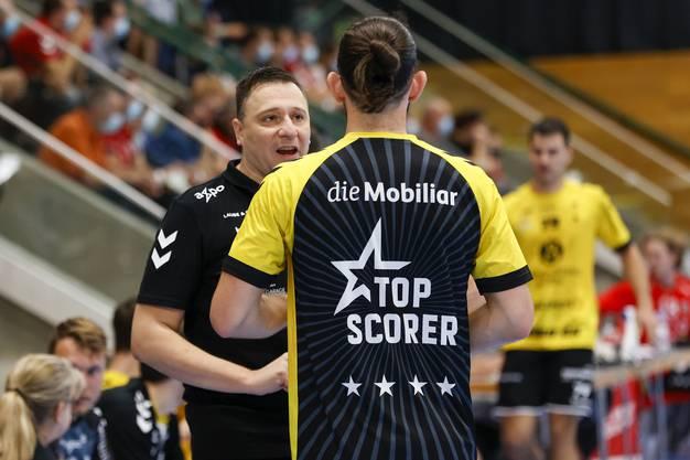 «Ich muss meinen  Spielern mit Impulsen helfen»: Zoltan Majeri redet seiner Mannschaft (hier Justin Larouche) gut zu.