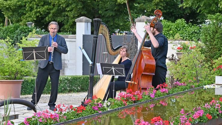 Drei Musiker des Theater Orchesters Biel Solothurn im Garten des Kapuzinerklosters Olten.