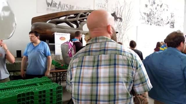 Der Ansturm beim Güterbahnhof ist gross: Alleine am Vormittag gingen über 1000 Bestellungen für Bio-Tomaten ein.