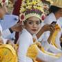 Keine Zuschauer mehr für die Tänzerinnen in ihren traditionellen Kostümen auf Bali.