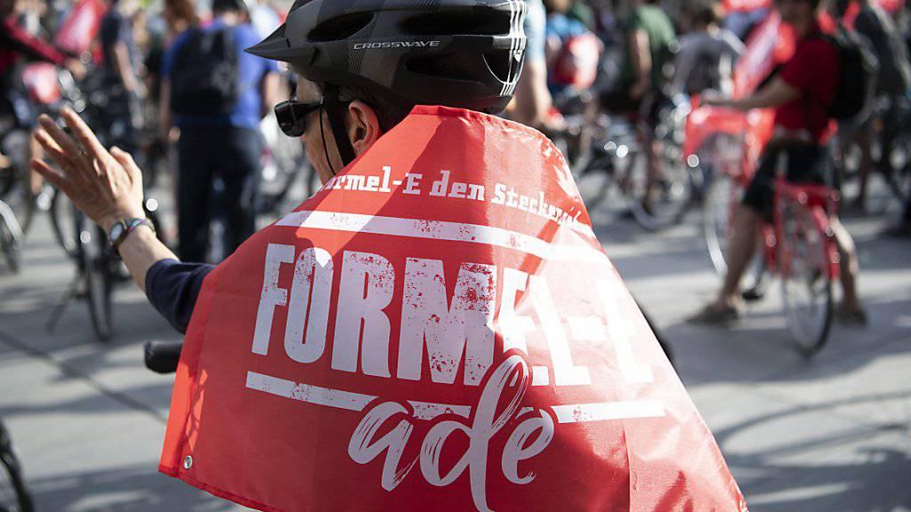 """Zur Kundgebung per Velo aufgerufen hatte das Komitee """"Formel-E ade""""  (KEYSTONE/Peter Schneider)"""
