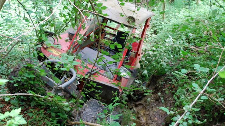 Verunfallter Traktor nach einem tödlichen Unfall eines 69-jährigen Landwirts im Kanton Luzern. 2018 starben bei Arbeitsunfällen in der Landwirtschaft mindestens 42 Personen, deutlich mehr als im Vorjahr. (Archivbild)