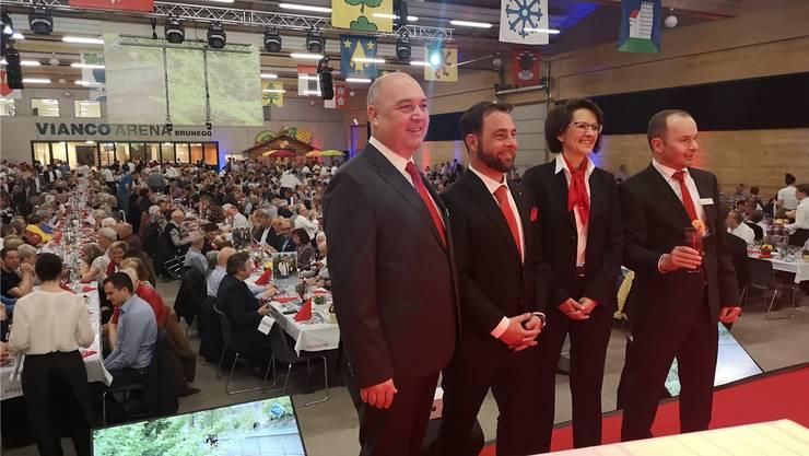 Präsident Rico Herzig, die beiden neuen Verwaltungsräte Maurizio Galati und Ida Tanner sowie Patrick Weber, Vorsitzender der Bankleitung (v.l.), an der Generalversammlung in der Vianco Arena.