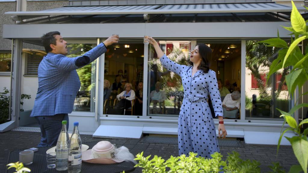 Opern-Profis machen Terrasse von Berner Seniorenheim zur Opernbühne