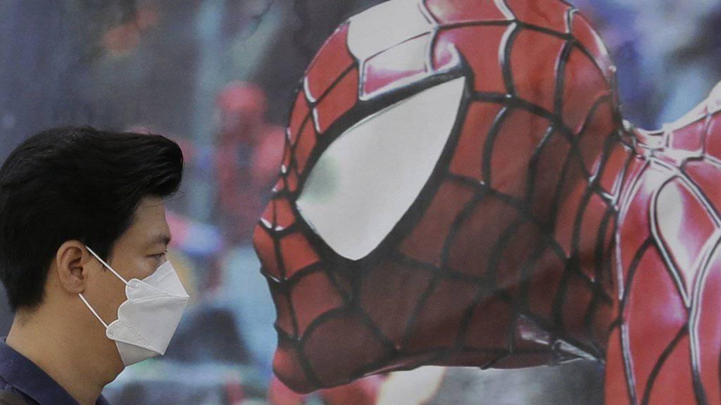 Viel gefährlicher als Spiderman: Mit Schutzmasken versuchen sich Koreaner vor der Atemwegskrankheit Mers zu schützen. Antikörper hätten die Epidemie verhindern können, meint ein Schweizer Immunologe. (Archivbild)