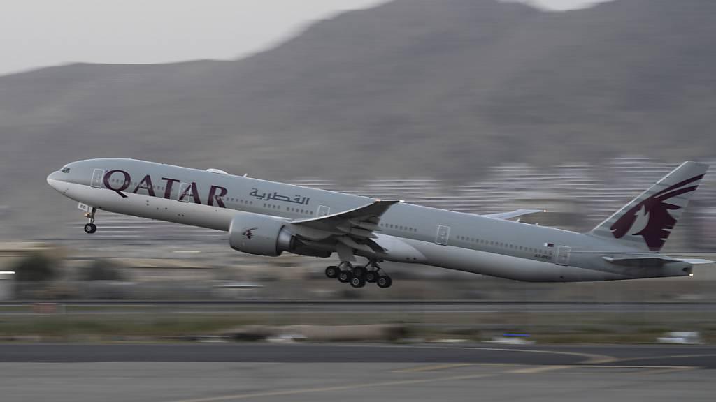 Qatar Airways hebt am Donnerstag mit dem ersten kommerziellen Flug am Flughafen in Kabul ab. Foto: Bernat Armangue/AP/dpa