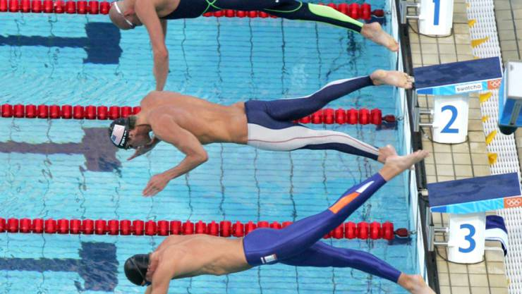Ian Thorpes (in schwarz auf Bahn 5) grösster Sieg: 2004 in Athen besiegte er über 200 m Crawl den Holländer Pieter van den Hoogenband (eine Bahn über ihm) und den Amerikaner Michael Phelps (zwei Bahnen über ihm).