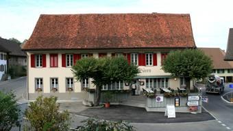 Mitten in Veltheim: Das geschichtsträchtige Wirtshaus Bären in der Strassengabelung Bruggerstrasse/Oberdorfstrasse. (Peter Belart)