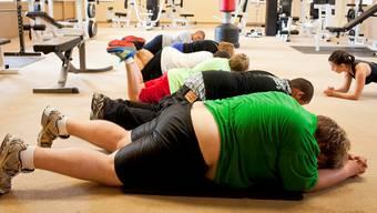 Auf dass die Pfunde purzeln: Die Aargauer machen durchschnittlich 3,9 Stunden Sport pro Woche. Symbolbild: Keystone