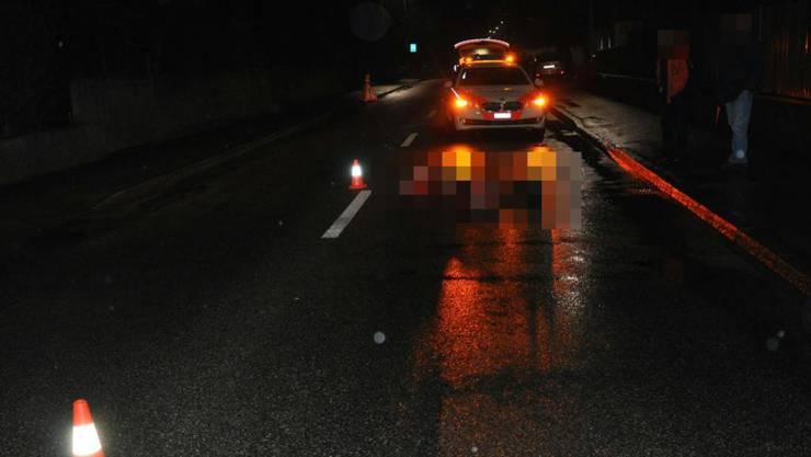 Die Polizei sichert die Wilerstrasse in Gerlafingen, nachdem ein junger Mann schwer verletzt auf der Strasse liegend gefunden wurde.