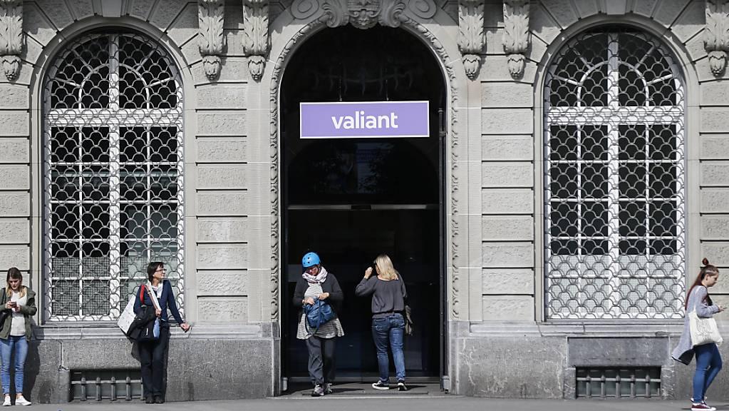 Der Eingang und das Logo der Valiant Bank bei der Filiale auf dem Bundesplatz. Im Zuge der Expansionsstrategie bis 2024 will das Geldhaus 14 neue Filialen eröffnen.