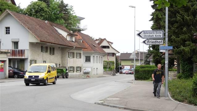 Vom «Warteck»-Parkplatz (ganz hinten) bis zur Einmündung der Kanzleistrasse im Vordergrund wird die Möhliner Bahnhofstrasse saniert. – Foto: chr