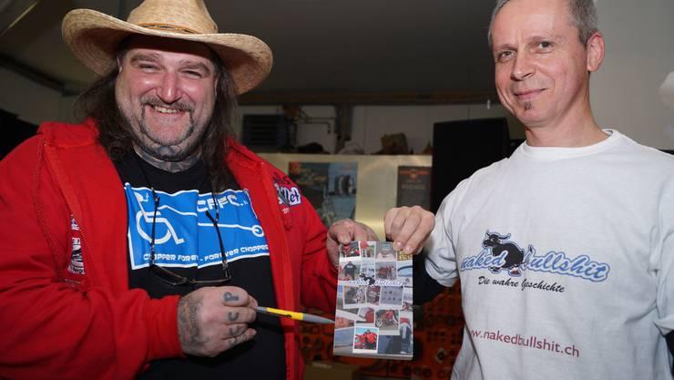 Motorradbauer Coni Bernasconi und Buchautor Phil Good, alias Philipp Pfäffli, an der Buchtaufe in Malters.