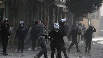 Ägyptische Polizisten während Demonstrationen im Einsatz (Symbolbild)