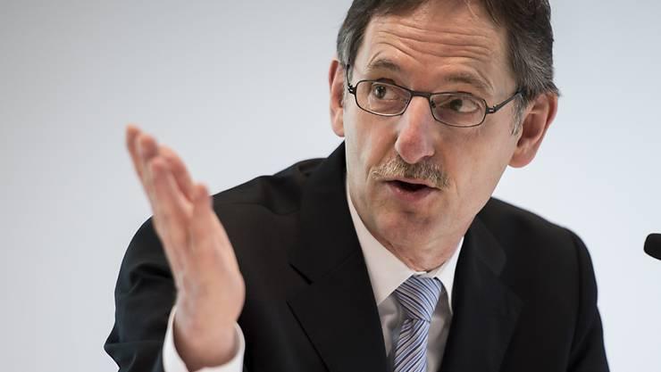 Mario Fehr spricht im Kantonsrat zu seinen Kritikern. (Archiv)